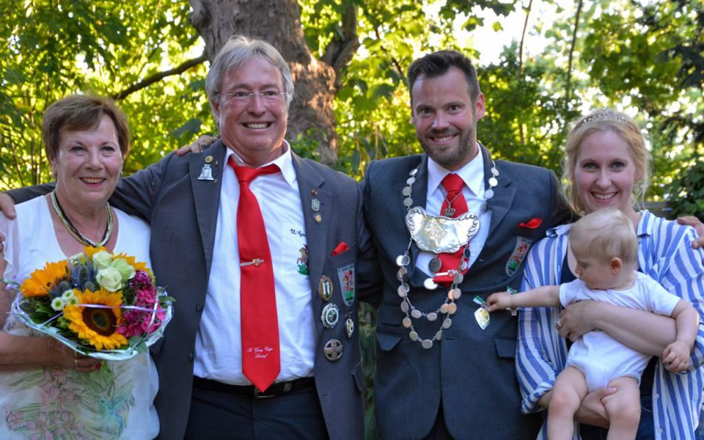 2019 König Jens Jörgens mit Ehefrau Sabine und Sohn Tom. (Links Gisela und Karl-Heinz Jörgens)